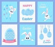 Reeks Gelukkige de groet en de uitnodigingskaarten van Pasen Witte leuke Paashaas die uit een gat, lint, eieren, inschrijving glu Stock Afbeeldingen