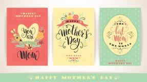 Reeks Gelukkige van letters voorziende de groetkaarten van de Moedersdag met Bloemen stock illustratie