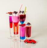 Reeks geschotene die dranken, dranken met fruit, aardbei worden verfraaid, redber stock fotografie
