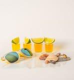 Reeks geschotene dranken, gele die kamikazedranken met fruit, Li worden verfraaid Royalty-vrije Stock Fotografie