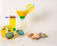 Reeks geschotene dranken, gele die kamikazedranken met fruit, Li worden verfraaid Royalty-vrije Stock Afbeelding