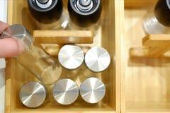 Reeks glaskruiken voor bulkkruiden In een houten bamboedoos stock foto