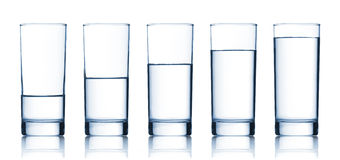 Reeks glazen die met water worden gevuld Royalty-vrije Stock Afbeelding