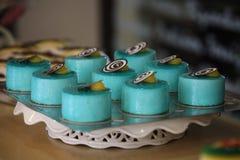 Reeks goed-opdracht gegeven tot cakes in een dienblad royalty-vrije stock afbeeldingen