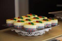 Reeks goed-opdracht gegeven tot cakes in een dienblad royalty-vrije stock foto's