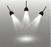 Reeks gouden het gloeien geïsoleerde lichteffecten voor transparante achtergrond Zonflits met stralen en schijnwerper Gloedlicht stock illustratie