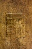 Reeks gouden schroeven en bouten op houten achtergrond Royalty-vrije Stock Afbeeldingen