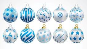 Reeks gouden, zilveren en blauwe Kerstmisballen met ornamenten de gouden inzameling isoleerde realistische decoratie Vectorillust royalty-vrije illustratie