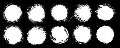 Reeks grungecirkels Vectorgrunge ronde vormen Zwart-witte alpha- kanaalvormen, vlekken en vuile plonsen en vlekken vector illustratie