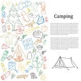 Reeks hand getrokken schets het kamperen materiaalsymbolen en pictogrammen Vector illustratie Stock Afbeelding