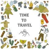 Reeks hand getrokken schets het kamperen materiaalsymbolen en pictogrammen Vector illustratie Stock Foto's