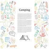 Reeks hand getrokken schets het kamperen materiaalsymbolen en pictogrammen Vector illustratie Royalty-vrije Stock Afbeeldingen