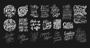 Reeks Hand het van letters voorzien citaten met schetsen voor koffiewinkel of koffie Hand getrokken uitstekende die typografieinz Stock Afbeelding
