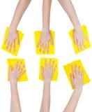 Reeks handen met gele geïsoleerde stoffenvodden Royalty-vrije Stock Afbeelding