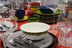 Reeks heldere mooie schotels en glazen op de lijst stock foto