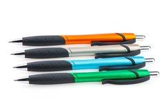 Reeks heldere pennen Voorwerpen op een witte achtergrond worden geïsoleerd die Stock Afbeelding