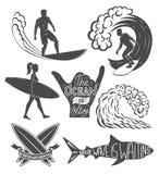 Reeks het surfen uitstekende ontwerpelementen De vectorillustratie van het brandingsembleem Surfplank logotypes retro Royalty-vrije Stock Foto