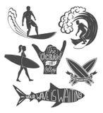 Reeks het surfen uitstekende ontwerpelementen De vectorillustratie van het brandingsembleem Surfplank logotypes retro Stock Afbeelding