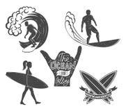Reeks het surfen uitstekende ontwerpelementen De vectorillustratie van het brandingsembleem Surfplank logotypes Retro stijl Royalty-vrije Stock Foto's