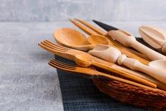 Reeks houten keukentoestellen, lepels, lepels, vorken en messen Mening van hierboven royalty-vrije stock afbeelding