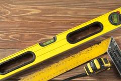 Reeks hulpmiddelen bij houten lijst meter die het niveau van de lijnbouw en het vierkante concept van het heersersonderhoud meten Royalty-vrije Stock Foto
