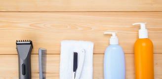 Reeks hulpmiddelen en punten voor haarverzorging, en kapsels, op een houten achtergrond van raad royalty-vrije stock foto