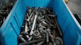 Reeks hulpmiddelen in open die koffer voor reparatie wordt gebruikt stock videobeelden