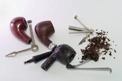 Reeks hulpmiddelen voor rokende pijpen Ontmantelde houten rokende pijpen royalty-vrije stock afbeeldingen