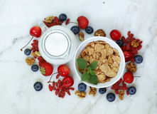Reeks ingrediënten voor een gezond voedselontbijt - muesli, vers en gedroogd fruit, noten, goji Stock Foto's