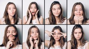 Reeks jonge meisjesemoties Toevallige donkerbruine vrouw die en op camera, bij grijze studioachtergrond grimassen trekken gesturi royalty-vrije stock fotografie