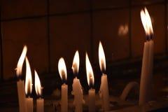 Reeks kaarsen in het donkere concept godsdienst royalty-vrije stock foto
