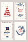 Reeks Kerstmiskaarten met wensen, nieuwe jaarboom, giftboxes en vakantiedecoratie over beige achtergrond Stock Fotografie