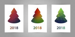 Reeks Kerstmisprentbriefkaaren met minimalistic veelhoekige spar met kleurrijke geometrische textuur en 2018 aantallen Royalty-vrije Stock Foto's