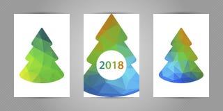 Reeks Kerstmisprentbriefkaaren met minimalistic veelhoekige spar met kleurrijke geometrische textuur en 2018 aantallen Stock Afbeeldingen