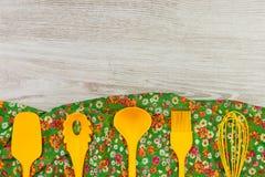 Reeks Keukengerei De doekservet van de patroonbloem op lege wo Stock Afbeelding