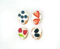 Reeks kleine zoete sandwiches met roomkaas en vers bos royalty-vrije stock foto's