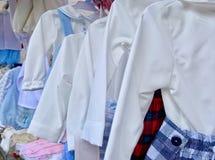 Reeks kleren van kinderen in verschillende kleuren royalty-vrije stock afbeeldingen