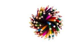 Reeks kleurenpotloden in bureaubakken Stock Fotografie