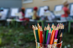 Reeks kleurpotloden en sommige tekeningskinderen royalty-vrije stock afbeelding