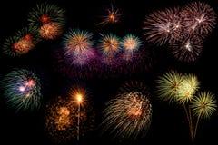 Reeks kleurrijk vuurwerk op zwarte achtergrond Stock Foto