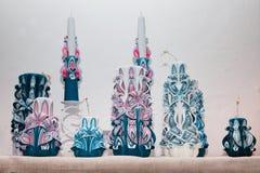 Reeks kleurrijke decoratieve met de hand gemaakte kaarsen die door onbekende kunstenaar, het snijden proces wordt gemaakt, stock afbeeldingen