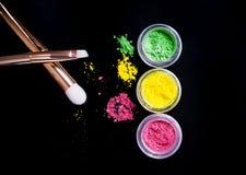Reeks kleurrijke minerale oogschaduwwen met borstels Royalty-vrije Stock Fotografie