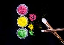 Reeks kleurrijke minerale oogschaduwwen met borstels Stock Fotografie