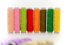 Reeks kleurrijke spoelen van draad Stock Foto's