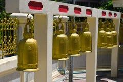 Reeks klokken in Thaise tempel Royalty-vrije Stock Foto's