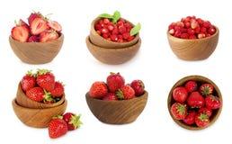 Reeks kommen met aardbeien op witte achtergrond wordt geïsoleerd die Royalty-vrije Stock Afbeelding