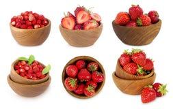 Reeks kommen met aardbeien op witte achtergrond wordt geïsoleerd die Royalty-vrije Stock Foto