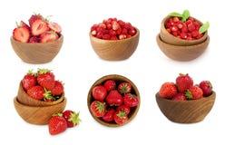 Reeks kommen met aardbeien op witte achtergrond wordt geïsoleerd die Stock Fotografie