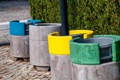 Reeks kringloophuisvuilbakken, het concept van de afvalscheiding stock afbeeldingen