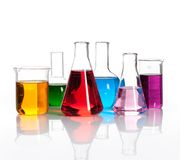 Reeks laboratoriumflessen met gekleurd liqiuds Stock Afbeeldingen